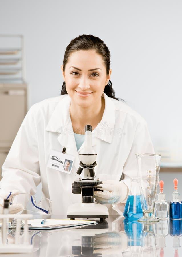 Forschungswissenschaftler im Labormantel lizenzfreie stockfotos