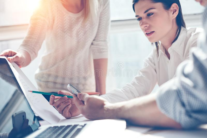 Forska för produkt Marknadsföringslag på arbete Öppet utrymmevindkontor Bärbar dator och skrivbordsarbete arkivbild