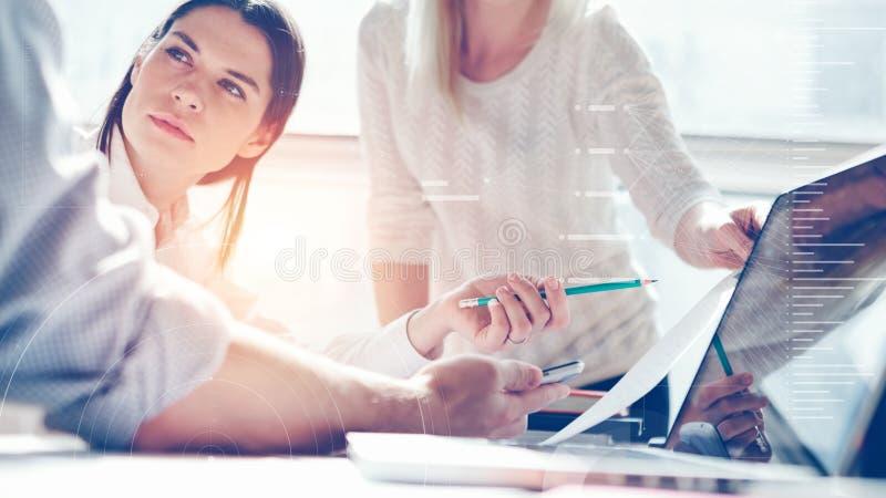 Forska för produkt Marknadsföringslag på arbete Vindkontor Bärbar dator och skrivbordsarbete Statistikgrafsamkopiering, symbolsin arkivbild