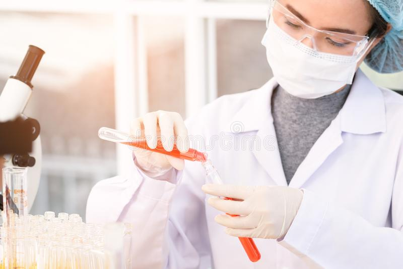 Forskare experimenterar i laboratoriumet royaltyfri bild