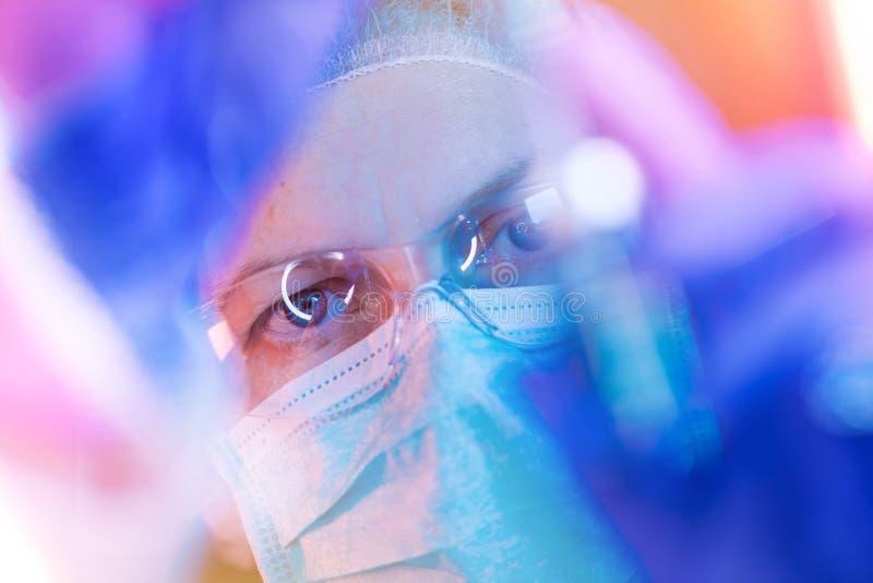 Forskare för medicinsk vetenskap som utför provet i laboratorium royaltyfri foto