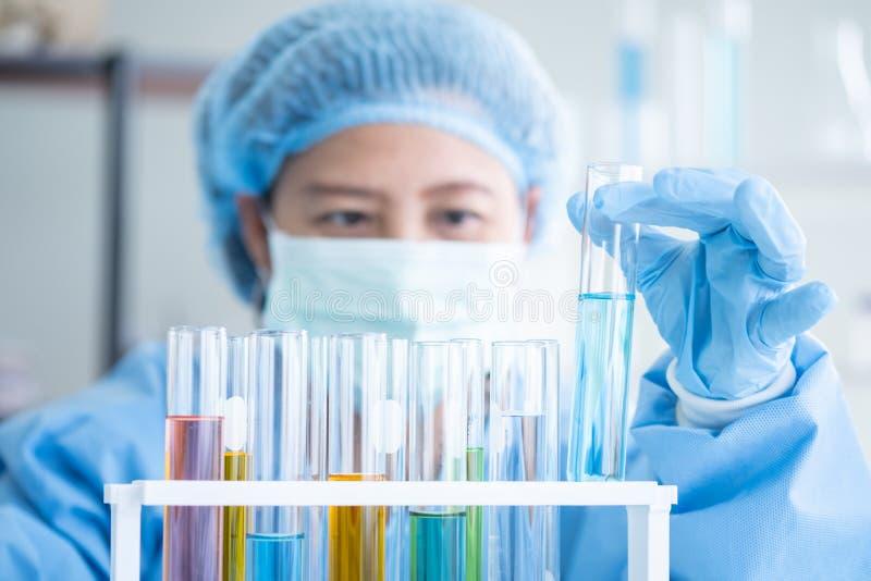 Forskare forskar, analyserar kemiska formler arkivbilder