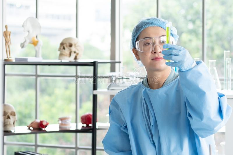 Forskare forskar, analyserar kemiska formler, biologiska provresultat fotografering för bildbyråer