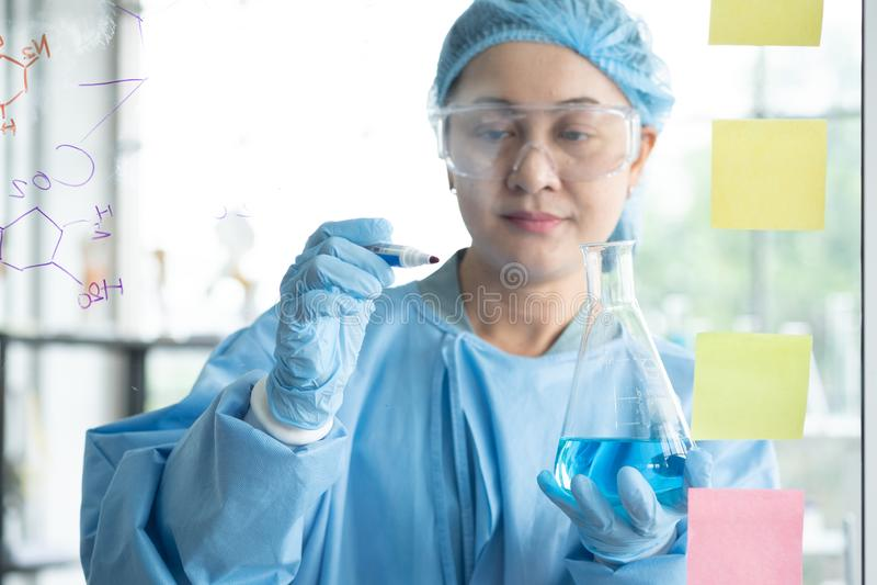 Forskare forskar, analyserar kemiska formler, biologiska provresultat royaltyfria foton