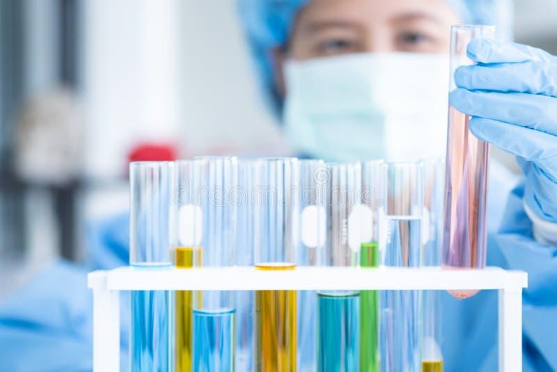 Forskare forskar, analyserar kemiska formler arkivfoton