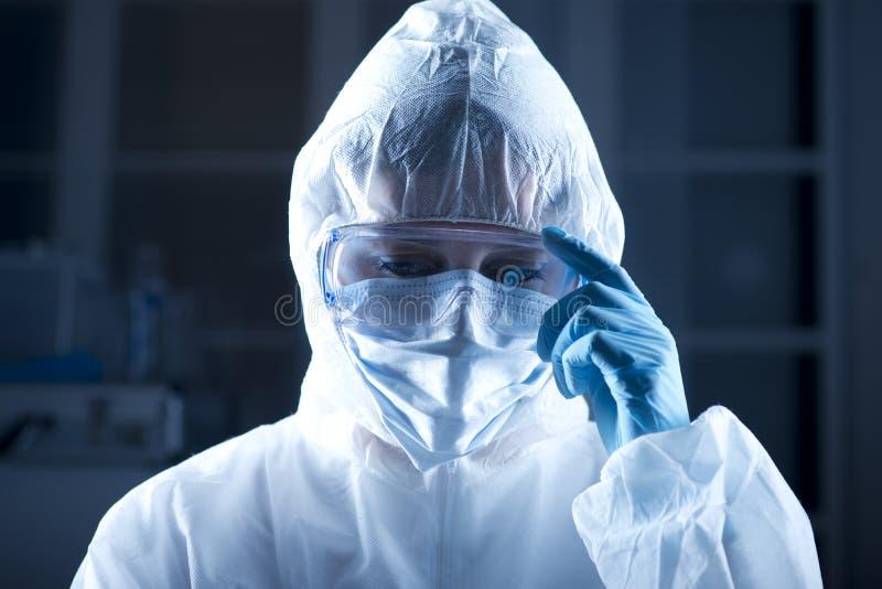 Forskare i hazmatdräkt royaltyfri foto