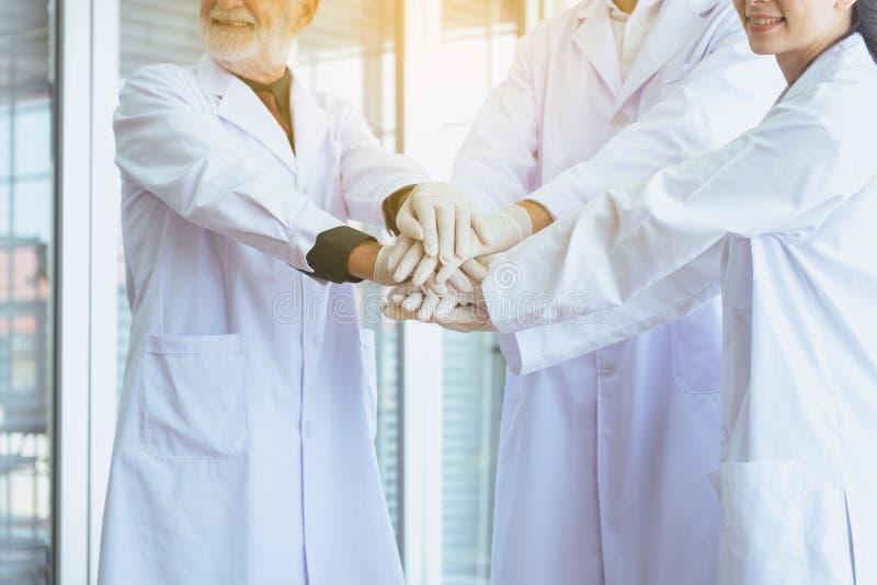 Forskare koordinerar handen, grupp människorteamwork i laboratorium, lyckad och för reserch arbeta royaltyfria bilder