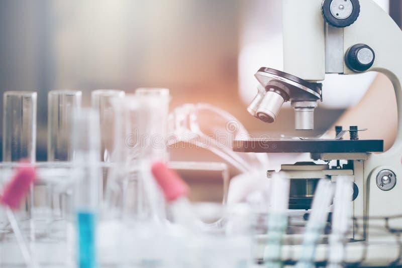 Forskare med utrustning och vetenskapsexperiment royaltyfria foton