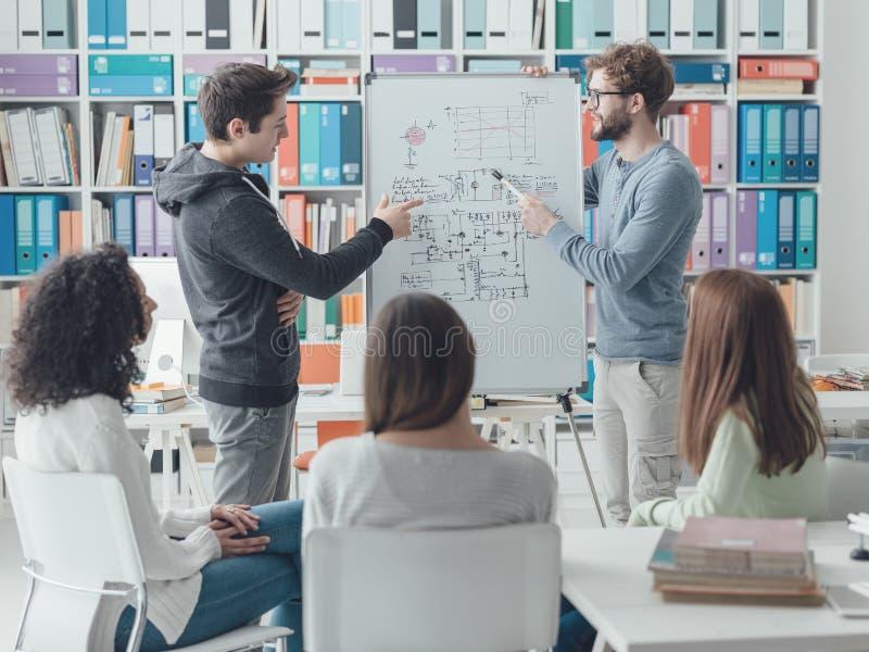 Forskare som ger en föreläsning till studenterna arkivbilder