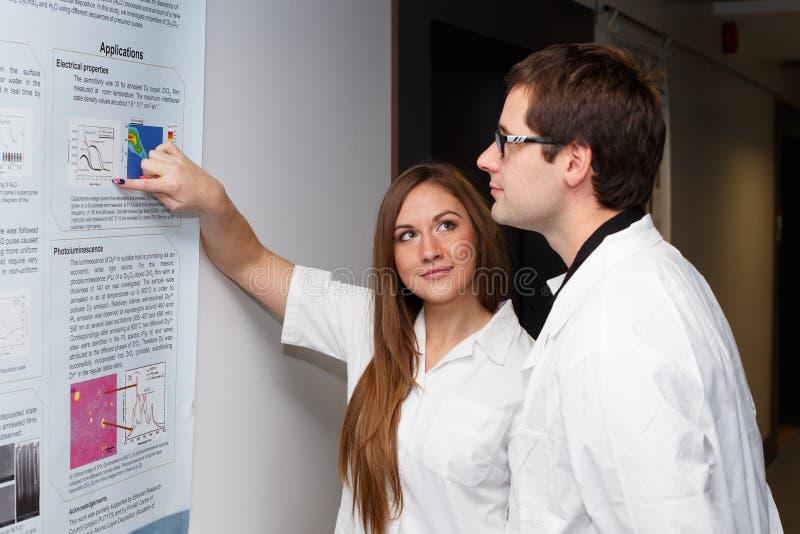 Forskare som har en konversation arkivbilder