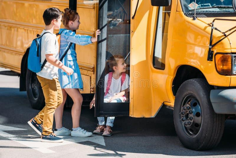 forskare som kopplar av nära skolbussen fotografering för bildbyråer