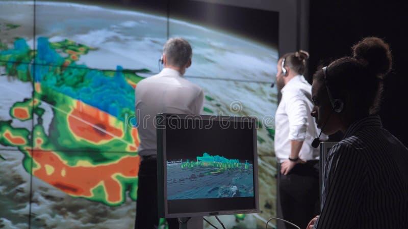 Forskare som spårar orkan på bildskärm arkivbilder