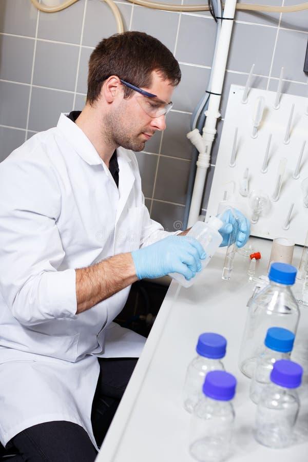 Forskareforskning i en labbmiljö royaltyfria bilder