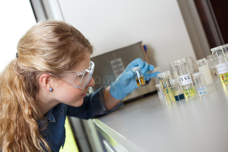 Forskareforskning i en labbmiljö arkivfoton