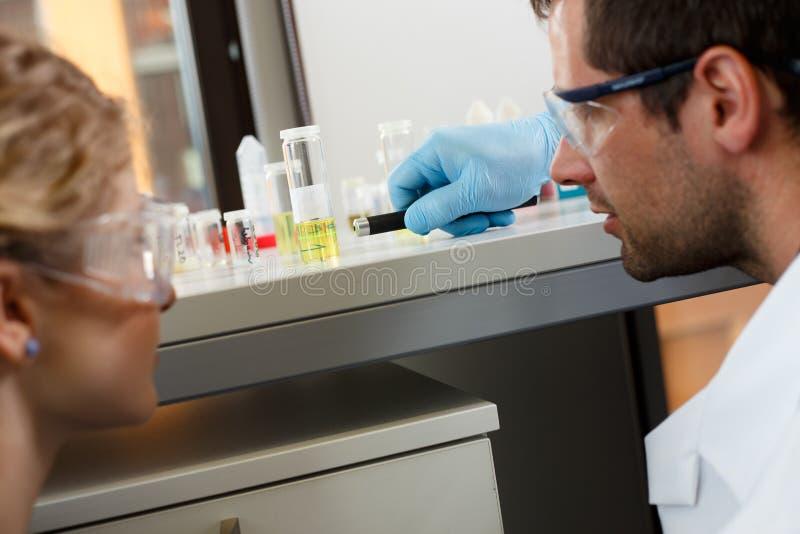 Forskareforskning i en labbmiljö arkivfoto