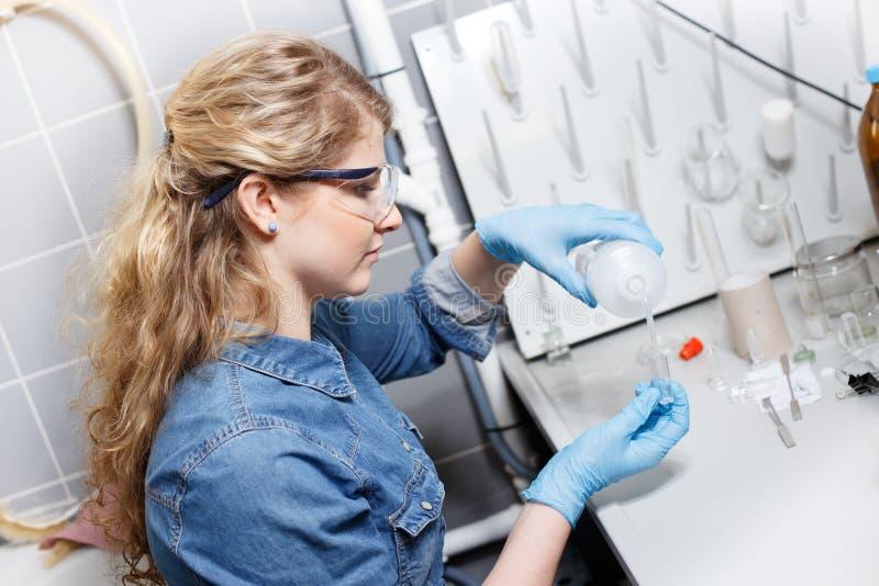 Forskareforskning i en labbmiljö arkivbild