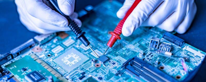 Forskarehänder i det forska universitetarbetet med chipen f för ny teknikdatorCPU arkivbilder