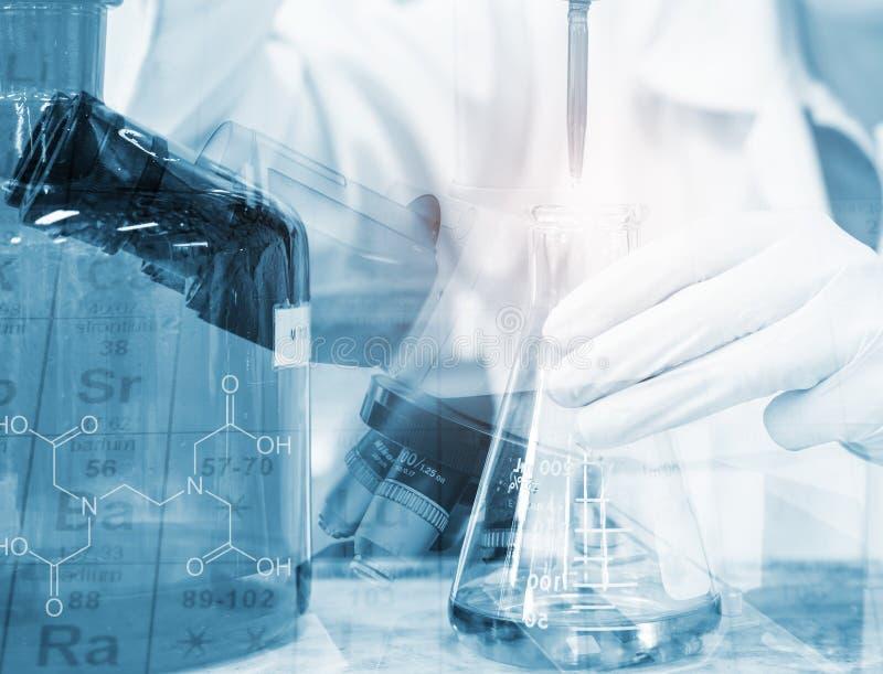 Forskarehandtitrering med byretten och den erlenmeyer flaskan, forskning för vetenskapslaboratorium och utvecklingsbegrepp royaltyfri foto