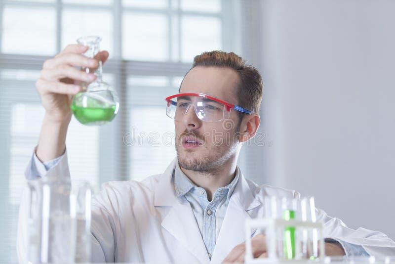 Forskarekemist med flaskan i hand arkivfoton