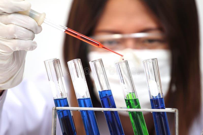Forskaren eller tech rymmer den vätskebiologiska prövkopian i behandskade händer arkivfoto