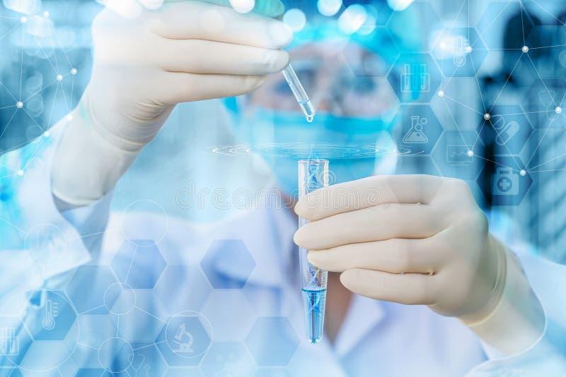 Forskaren utför ett DNAprov royaltyfri fotografi