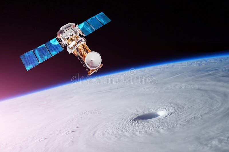 Forskning och att sondera, övervaka av spårning i en tropisk stormzon, en orkan Satelliten ovanför jorden gör mätningar av t royaltyfri bild
