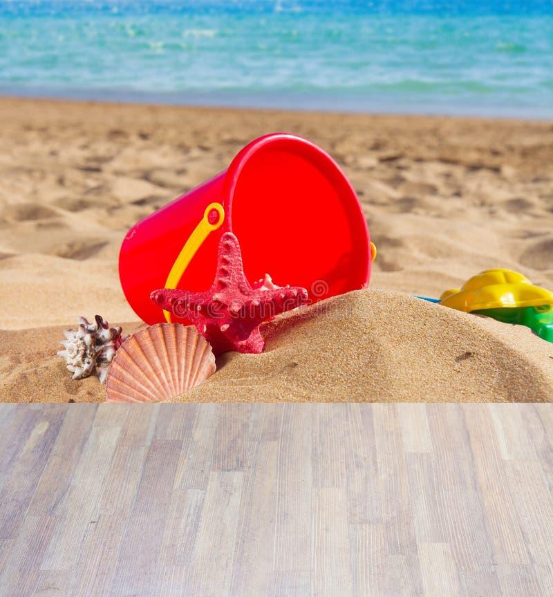 Forsuje z seshells w piasku na dennym brzeg zdjęcia royalty free