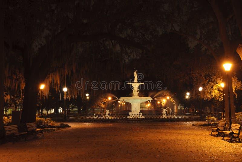 Forsyth公园喷泉在晚上在大草原, GA城市 库存图片