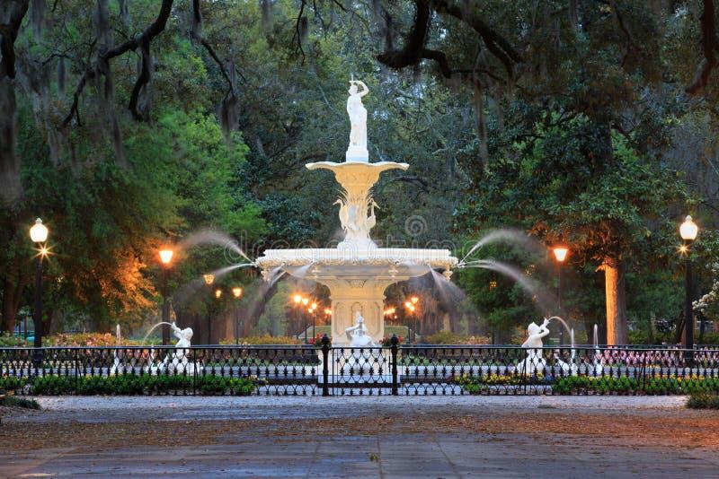 Forsyth-Brunnen Savannah Georgia Icon nachts lizenzfreie stockfotos