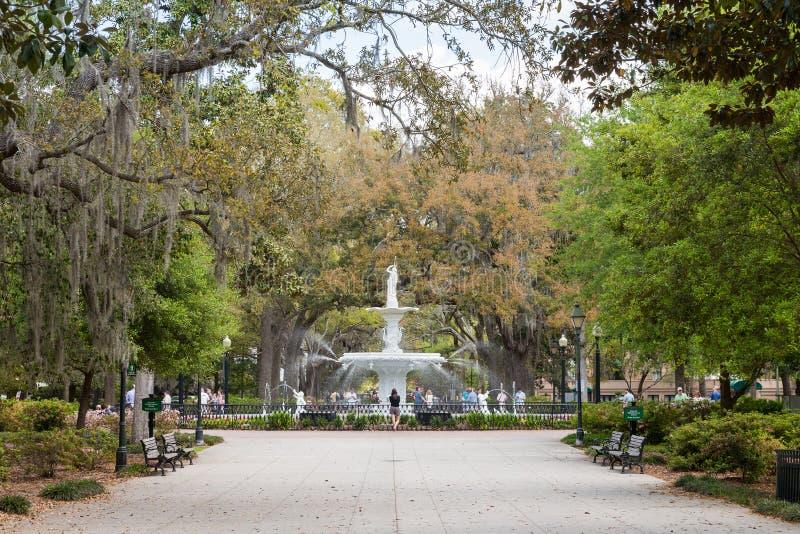 Forsyth parkerar och springbrunnen i historisk Savannah royaltyfria foton