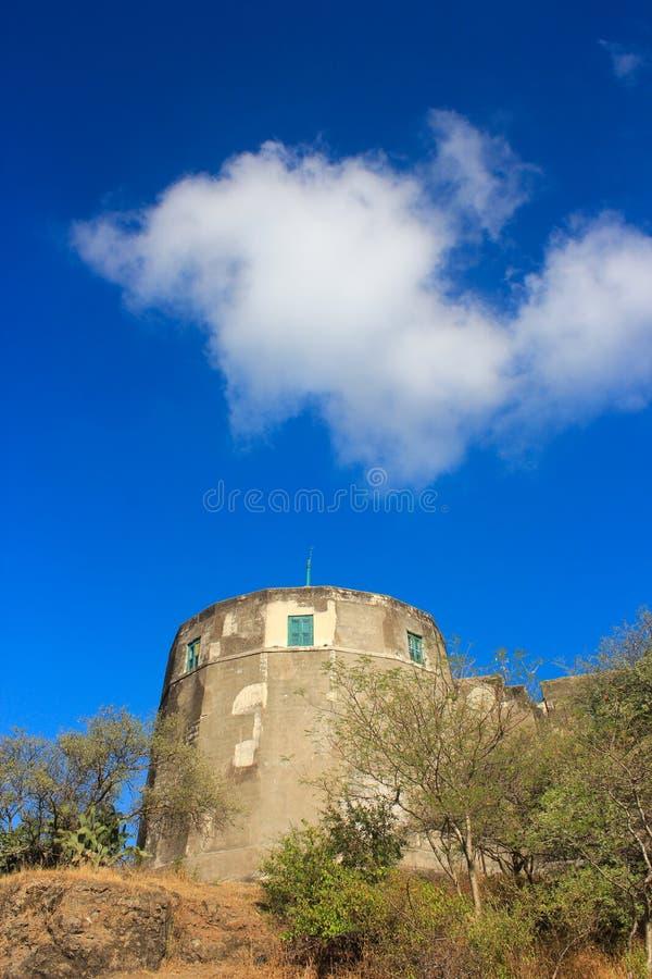 Fort avec le ciel bleu et les nuages images stock