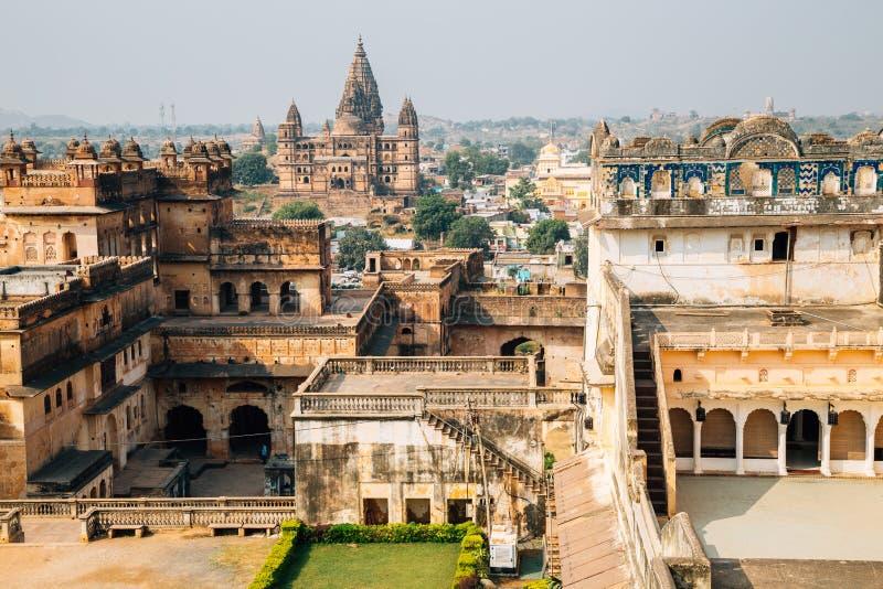 Fort d'Orchha et vieille vue de ville en Inde photographie stock