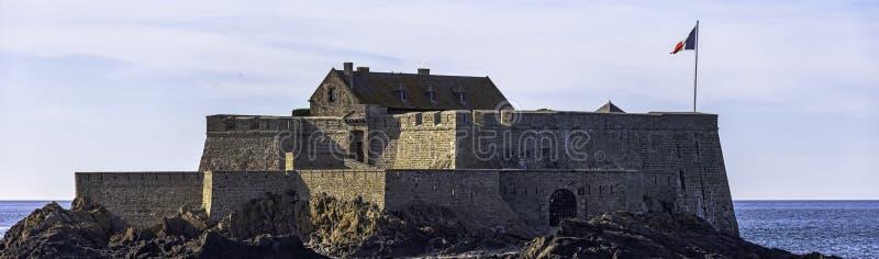 Fort de la Conchee - fortification sur l'île rocheuse du coing, France photographie stock