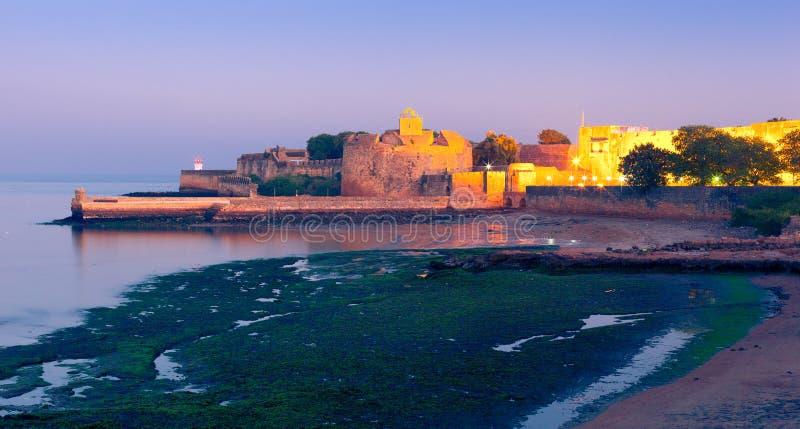 Fort Diu på natten royaltyfri bild