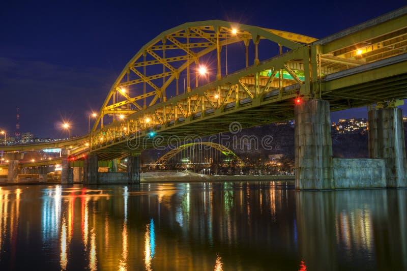 Fort Duquesne-Brücke nachts lizenzfreie stockbilder