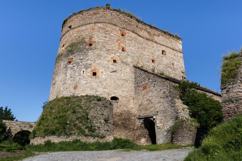 Fort en pierre avec des échappatoires, en partie couvertes de verdure - une partie des fortifications médiévales de Kamianets-Pod photographie stock libre de droits