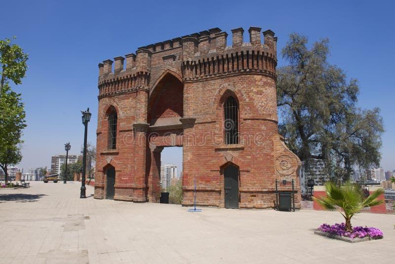 Fort för röd tegelsten på den Santa Lucia kullen i Santiago, Chile fotografering för bildbyråer