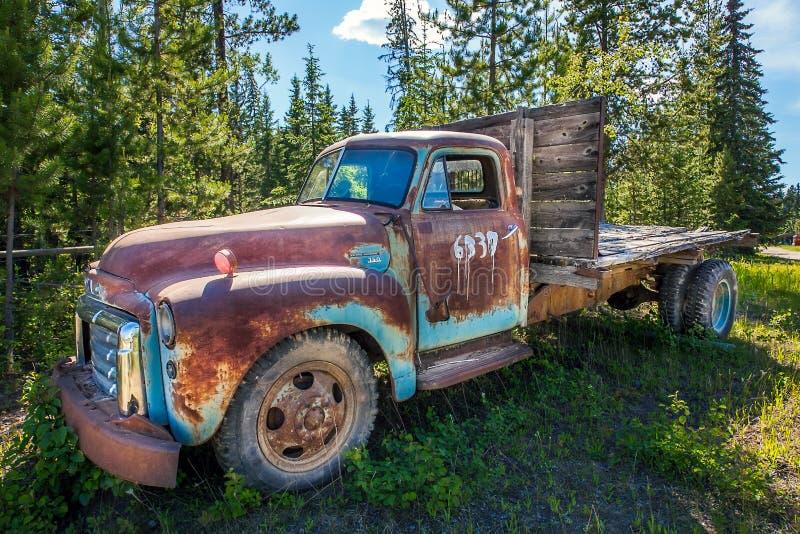 Fort Fraser, la Colombie-Britannique, Canada Vieille voiture rouillée dans la forêt photo stock