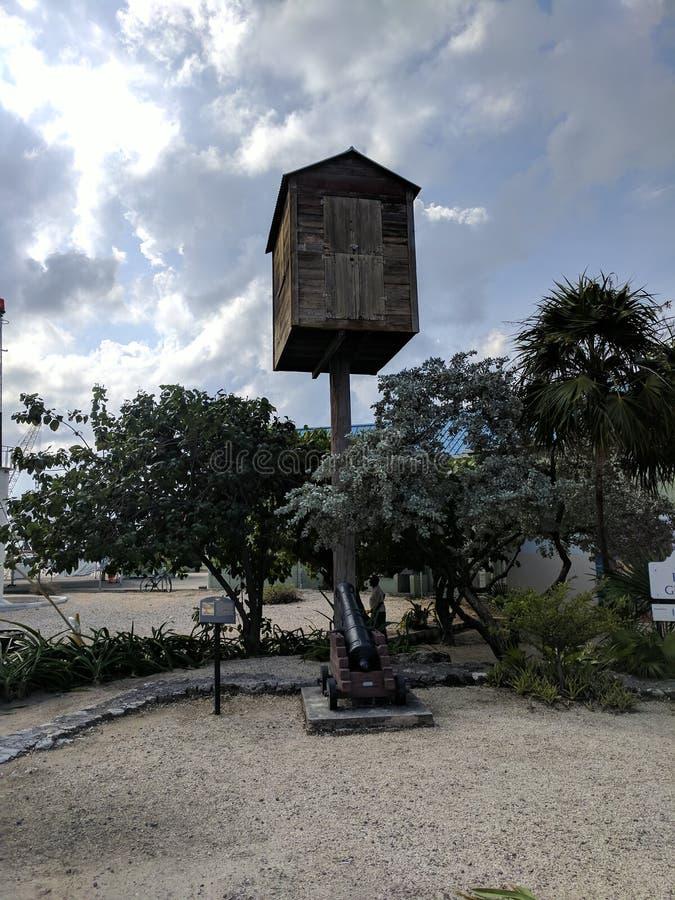 Fort-George-Ausblickturm und -kanone in Grand Cayman stockbild
