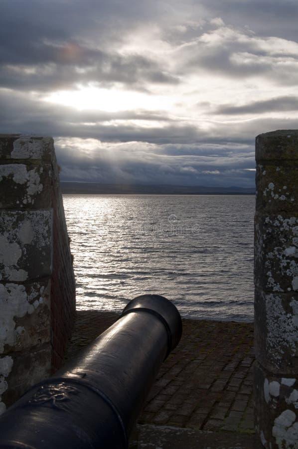 Fort George Canon, der die Beauley-Förde übersieht lizenzfreies stockfoto