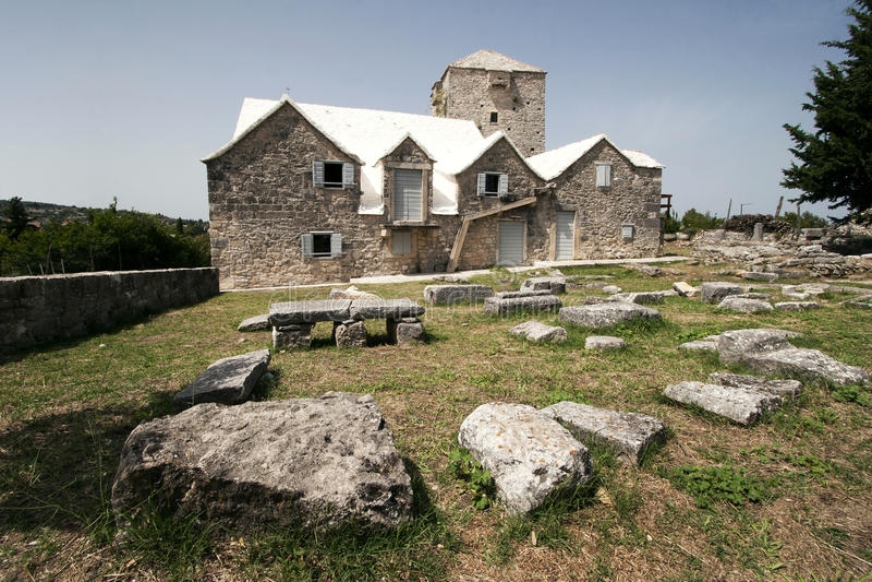 Fort i domy na wyspie Brac obrazy royalty free