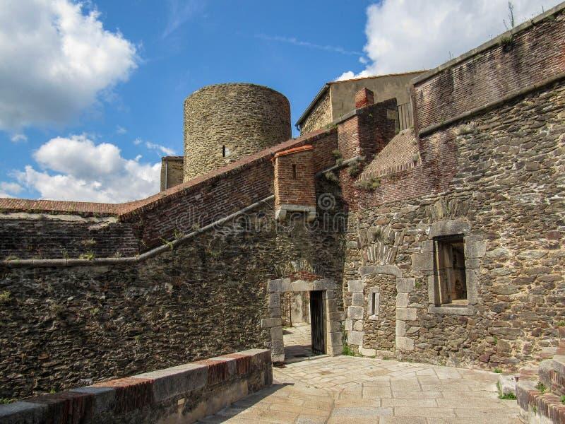 Fort Lagarde construit dans plusieurs étapes autour d'une vieille tour médiévale de signal en Couillon-De-Mollo-La-Preste, Lagard images stock