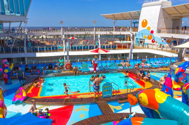 Fort Lauderdale, ΗΠΑ - 30 Απριλίου 2018: Το ανώτερο κατάστρωμα με τις πισίνες παιδιών ` s στο σκάφος της γραμμής κρουαζιέρας ή τη στοκ φωτογραφία με δικαίωμα ελεύθερης χρήσης