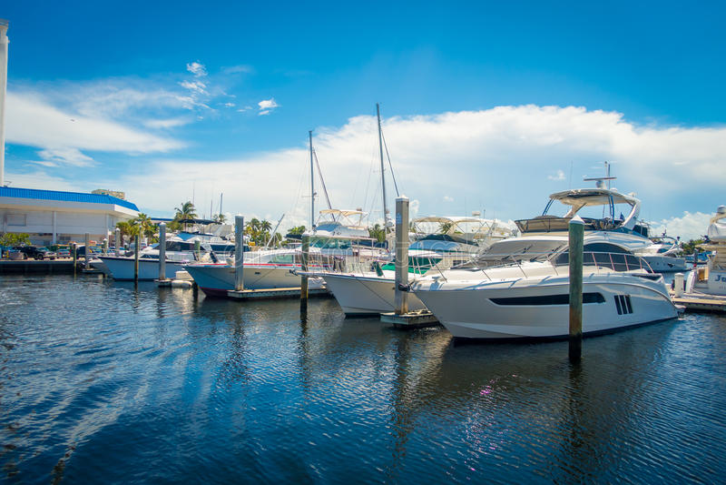 FORT LAUDERDALE, ΗΠΑ - 11 ΙΟΥΛΊΟΥ 2017: Μια γραμμή βαρκών που επιδεικνύεται για την πώληση στη διεθνή βάρκα του Fort Lauderdale π στοκ φωτογραφία