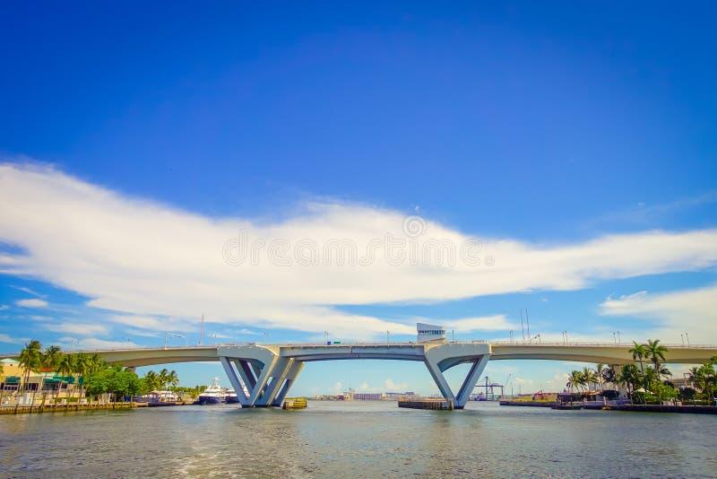FORT LAUDERDALE, EUA - 11 DE JULHO DE 2017: Vista agradável de uma ponte aberta aumentada para deixar o navio passar completament imagem de stock