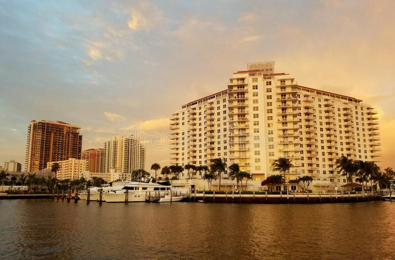 Fort Lauderdale, Florida, U S A-January 3, 2020 - The view of luxe waterfront condominiums and building by the bay before royalty-vrije stock foto