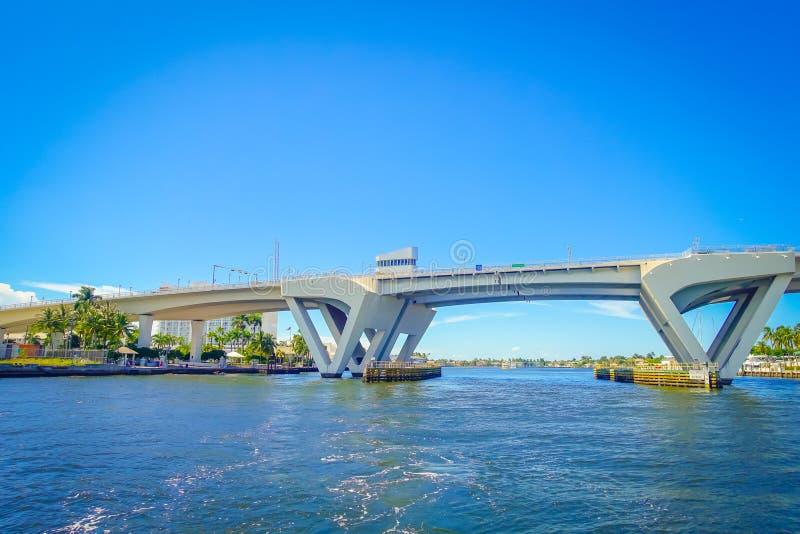 FORT LAUDERDALE, LOS E.E.U.U. - 11 DE JULIO DE 2017: Vista agradable de un puente de drenaje abierto aumentado para dejar la nave fotos de archivo