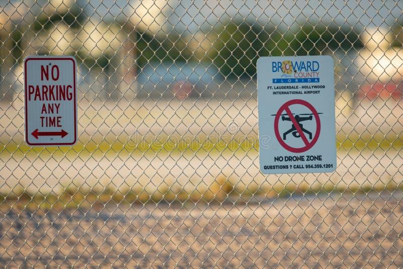 Fort Lauderdale lotnisko żadny truteń strefy znak ostrzegawczy wysyłający na ogrodzeniu fotografia royalty free