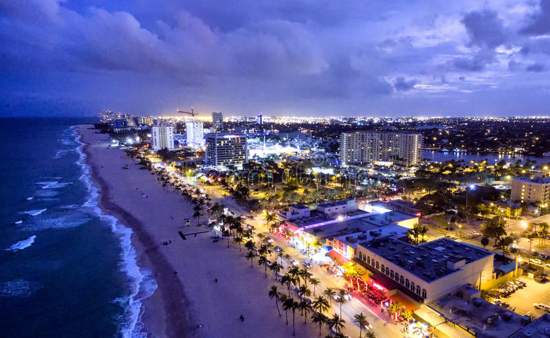Fort Lauderdale vid natten, flyg- sikt arkivbild