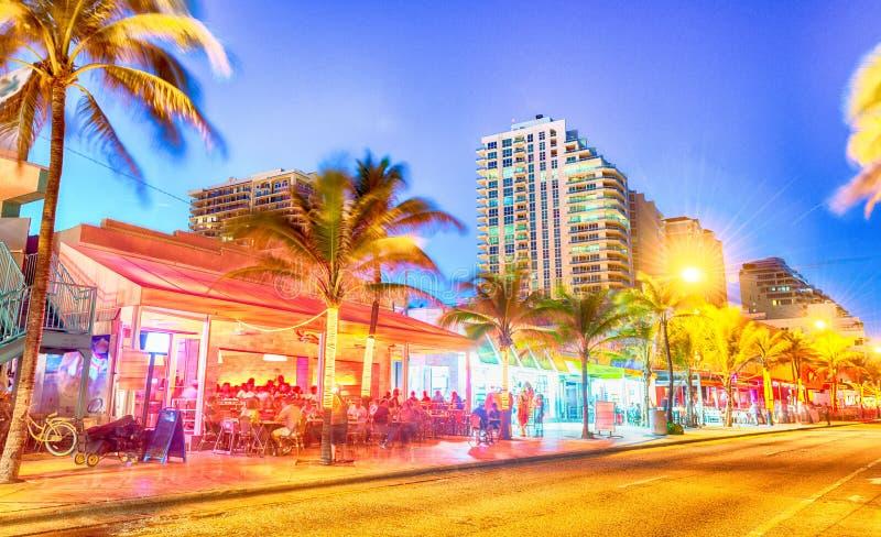 Fort Lauderdalestrandboulevard och byggnader på skymning, Florida royaltyfri fotografi